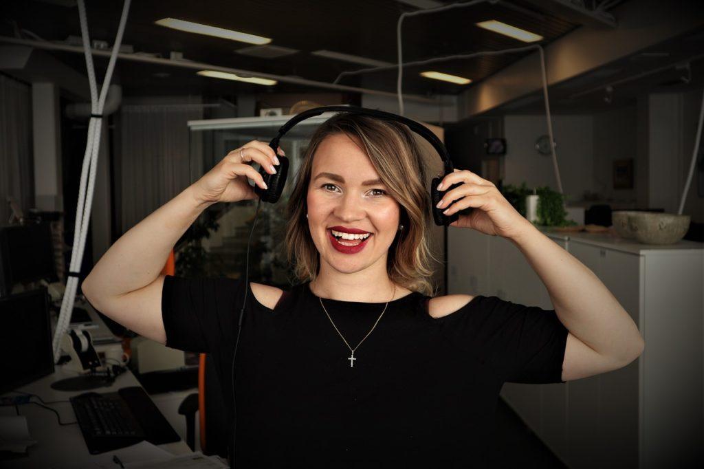 femme station radio. Ecouter des poadcast pour vaincre la procrastination