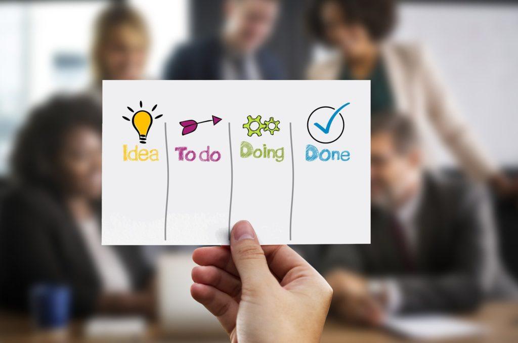 un photo montrant des personne avec un plan de travail pour vaincre la procrastination