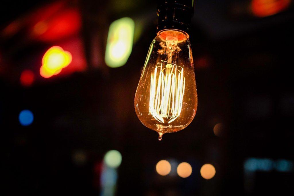 ampoule allumée symbolisant les idées claires pour vaincre la procrastination