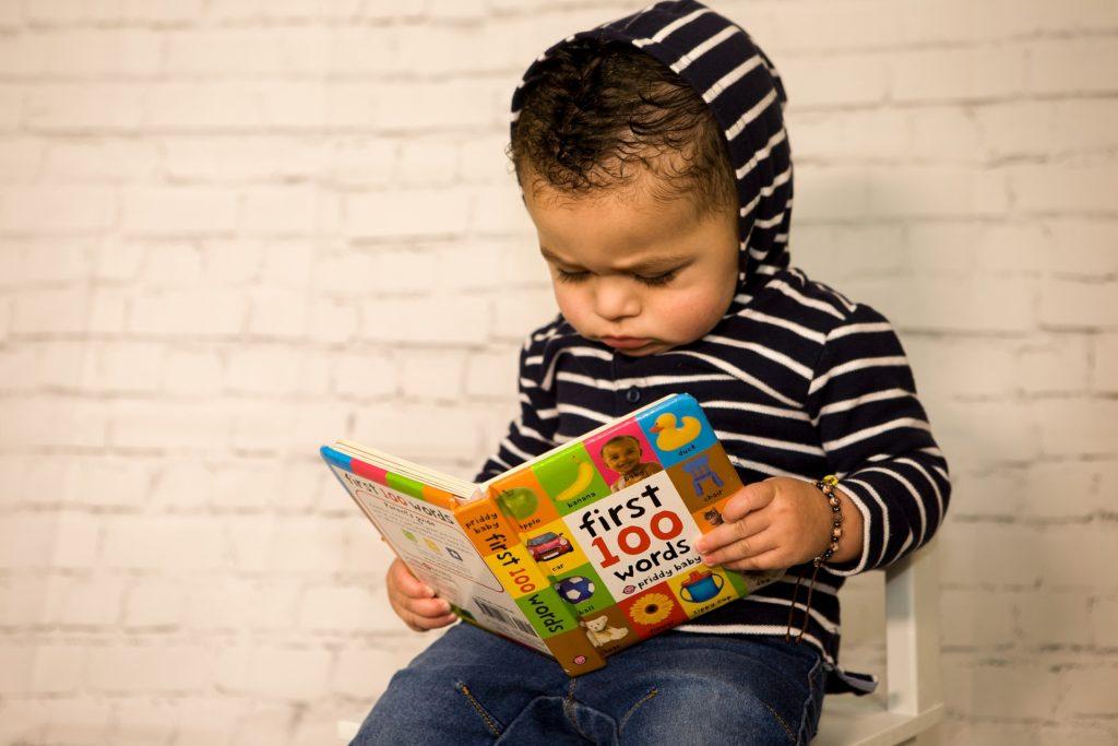 un enfant avec livre en main