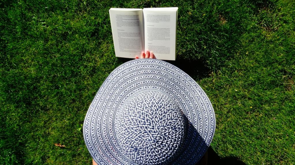 lecture amusante dans un jardin pour vaincre la procrastination